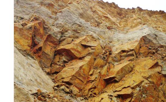 Crushed rock garnet sand